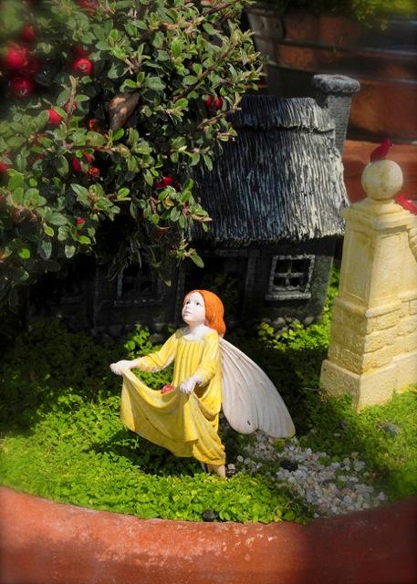 fairy-picking-apples